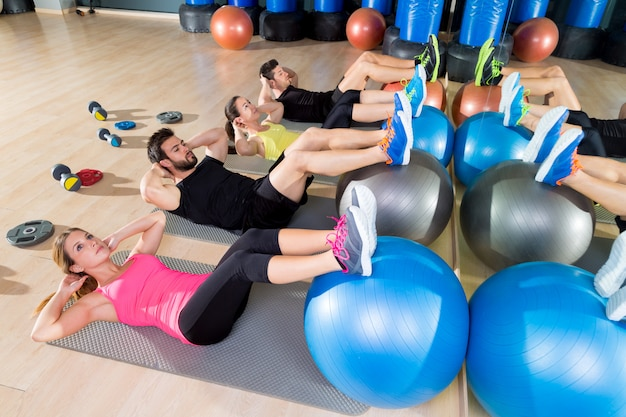 Fitball crunch training group core fitness en el gimnasio Foto Premium
