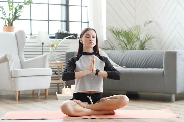 Fitness en casa, ejercicio de mujer Foto gratis