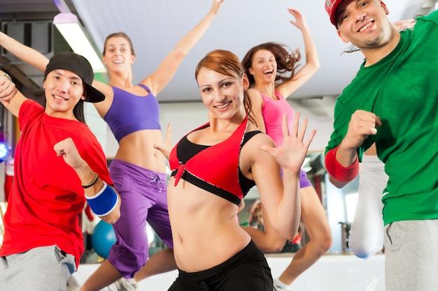 Fitness: entrenamiento de baile zumba en el gimnasio Foto Premium