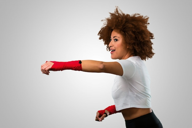 Fitness joven mujer afro boxeo Foto Premium