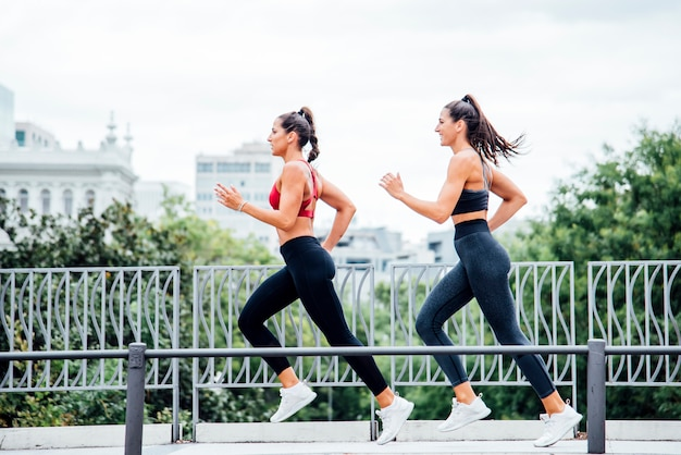 Fitness mujer corriendo al aire libre en la ciudad Foto Premium