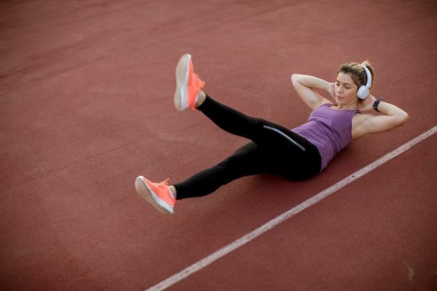 Fitness mujer entrenamiento abs entrenamiento Foto Premium