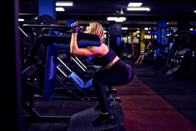 Fitness mujer haciendo estocadas ejercicios para entrenamiento de ...