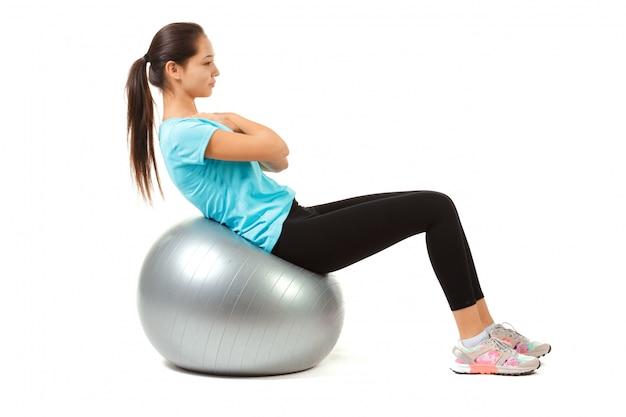 Fitness mujer y pelota de pilates Foto Premium