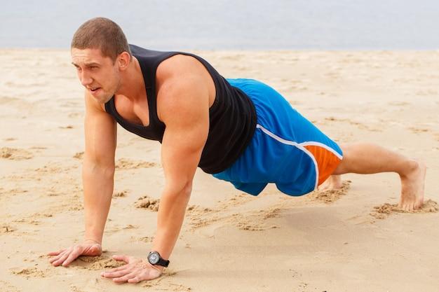 Fitness en la playa Foto gratis
