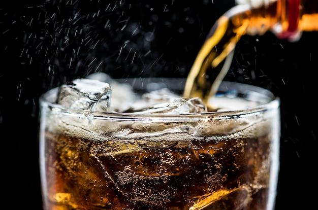 Fizzy cola bebida macro disparo Foto gratis
