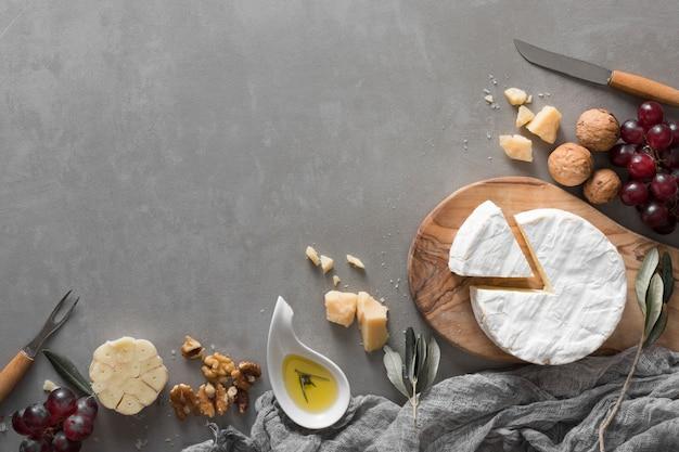 Flat lay buffet de queso con espacio de copia Foto gratis