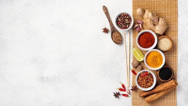 Flat lay comida asiática mezcla de especias y palillos con espacio de copia Foto Premium