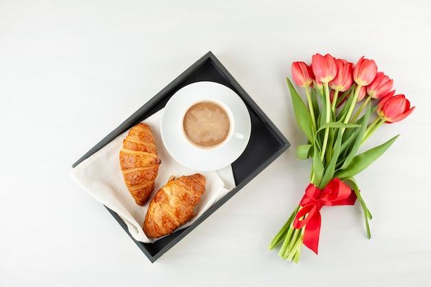 Flat lay con desayuno estilo francés Foto Premium