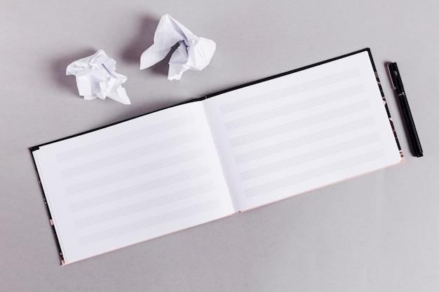 Flat lay de libro abierto para notas de música Foto gratis