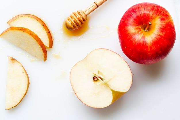 Flat lay rodajas de manzana con miel Foto gratis