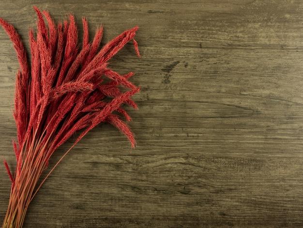 Flat lay, vista superior centeno rojo sobre fondo de madera con espacio de copia Foto Premium