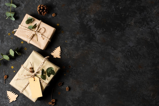 Flat pone hermosos regalos envueltos con espacio de copia Foto gratis