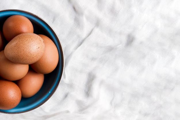 Flat pone huevos marrones con espacio de copia Foto gratis