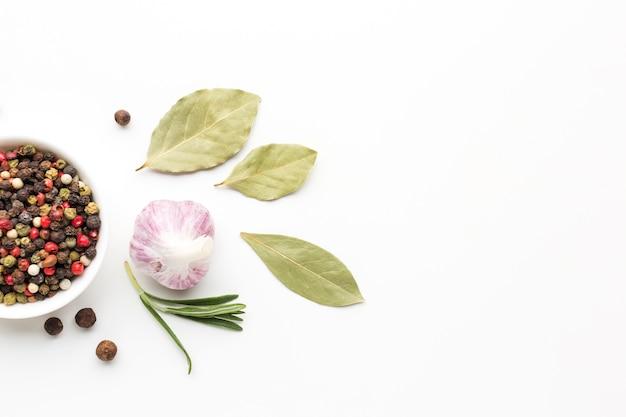 Flavore saludable especias y hierbas en la mesa Foto gratis