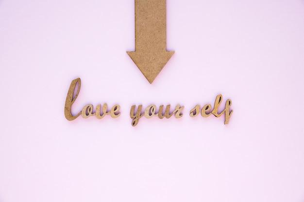 Flecha apuntando al amor a ti mismo escribiendo Foto gratis