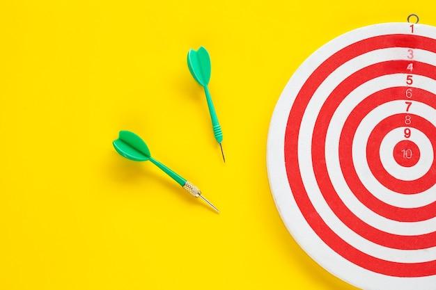 Flecha de dardo en el tablero de dardos Foto Premium