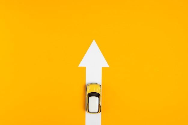Flecha de vista superior con ruta en coche Foto gratis
