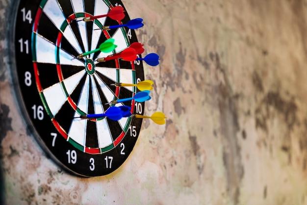 Las flechas de la diana golpean la actividad del juego objetivo Foto gratis