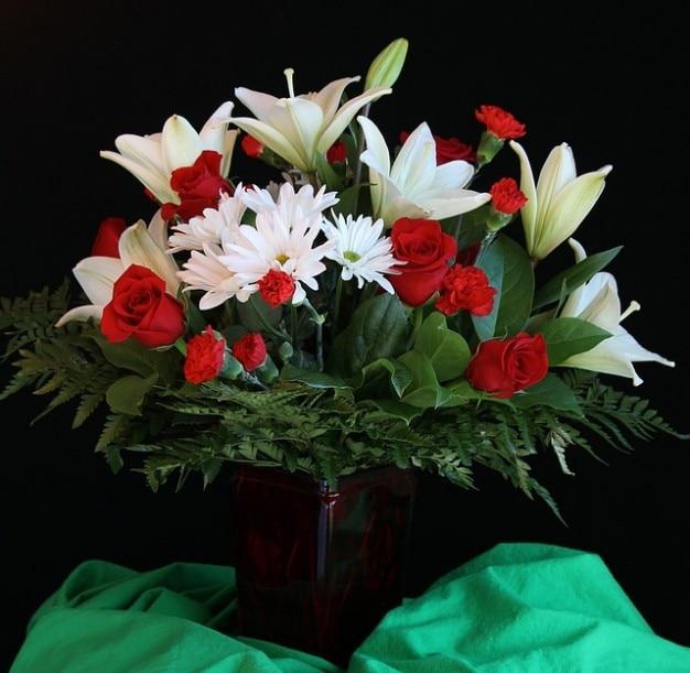 flor florero de lirios rosas ramo de acuerdo foto gratis