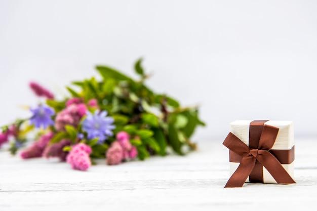 Flor de fondo desenfocado con regalo Foto gratis