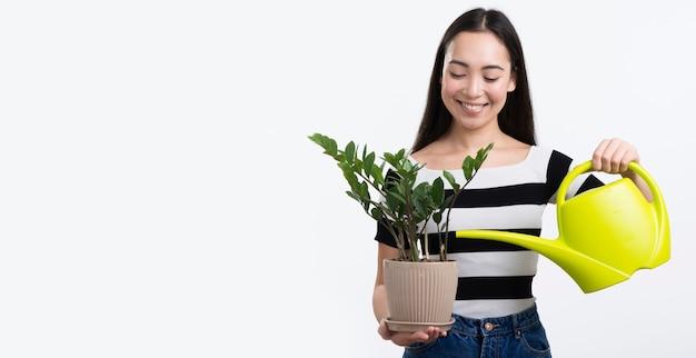 Flor de riego femenina espacio de copia Foto gratis