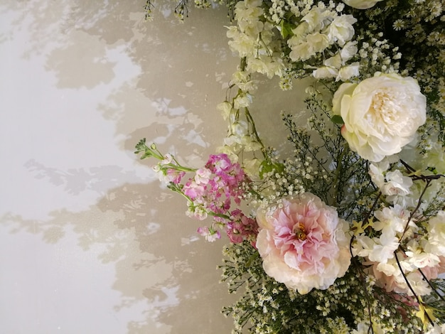 Flora que florece delicadas rosas y orquídeas en flores floreciendo fondo festivo Foto Premium