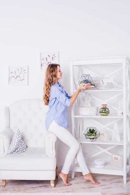 Florarium - composición de suculentas, piedra, arena y vidrio, elemento de interior, hogar d Foto Premium