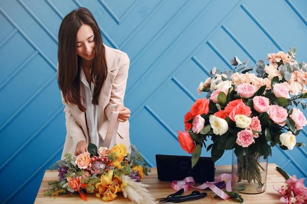 Floreria hace un hermoso ramo en un estudio Foto gratis