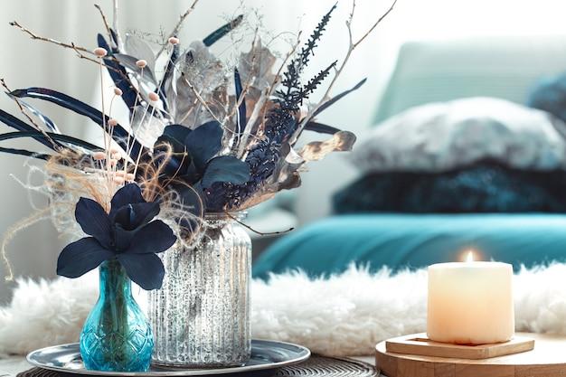 Florero de naturaleza muerta con flores artificiales en el salón. Foto gratis