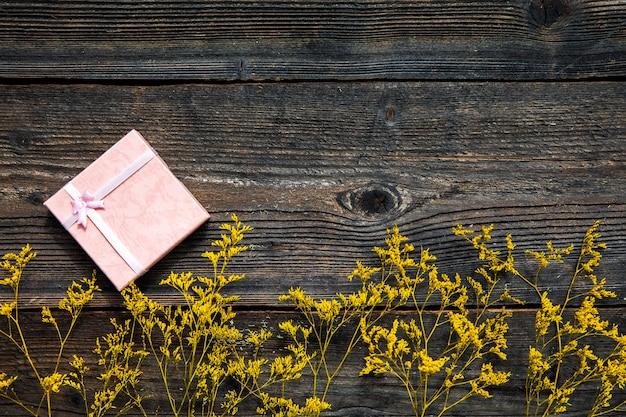 Flores amarillas sobre fondo de madera. Foto gratis