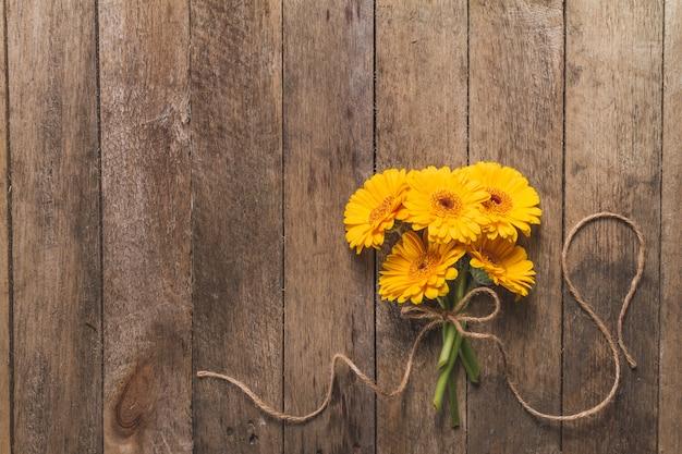 flores amarillas sobre mesa de madera descargar fotos gratis