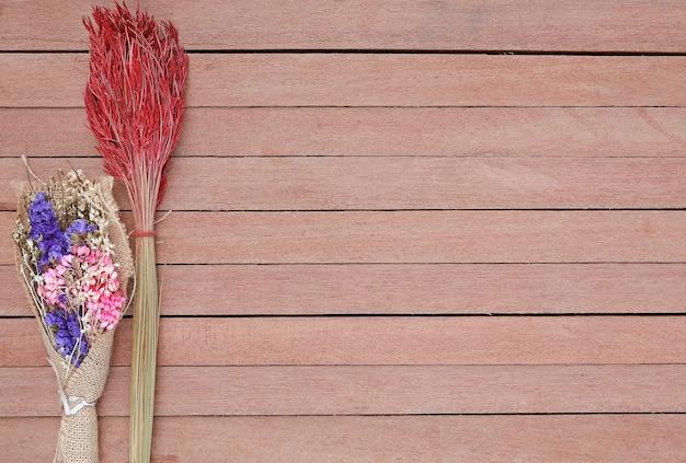 Flores de arbusto secas sobre un fondo de tablón de madera Foto Premium