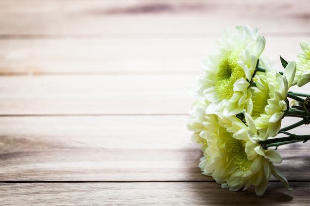 Fondo De Madera Vintage Con Flores Blancas Manzana Y: Flores Blancas En Una Mesa De Madera