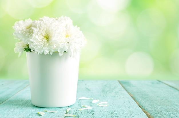 Flores Blancas Hermosas En Florero En La Tabla De Madera Azul Con El