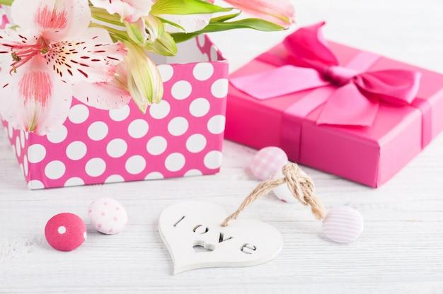 Flores de color rosa lilly con caja de regalo Foto Premium