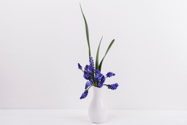 Flores decorativas en un jarrón Foto gratis