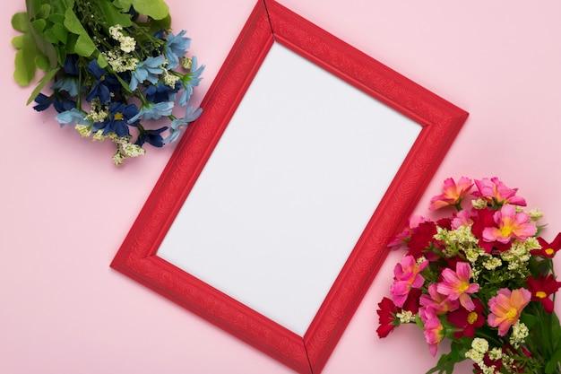 Flores de flor con marco en la mesa Foto gratis