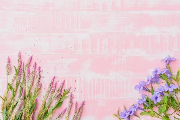 Flores En Un Fondo De Madera Rosa Pastel.