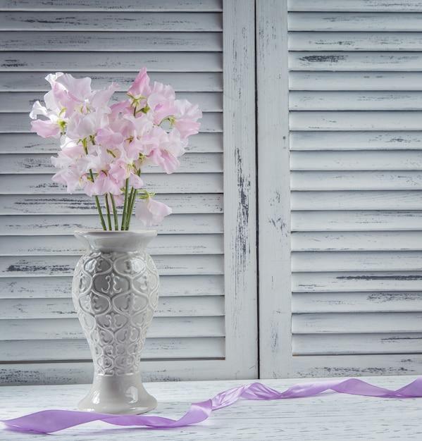 Flores frescas en la mesa Foto gratis