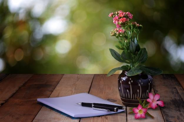 Foto Gratis Flores Fondo Naturaleza: Flores En Jarrones Y Cuadernos En Desenfoque De Fondo De