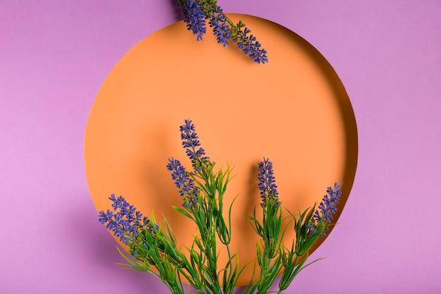 Flores de lavanda con marco morado Foto gratis