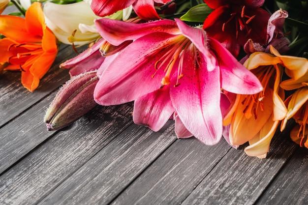 Flores de lirios sobre fondo oscuro con espacio de copia Foto Premium