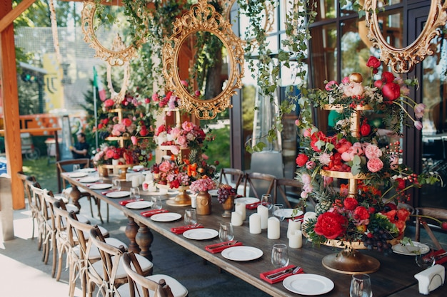 Flores de mesa de boda con decoración de frutas y bayas en colores rojo blanco rosa verde. | Foto Premium