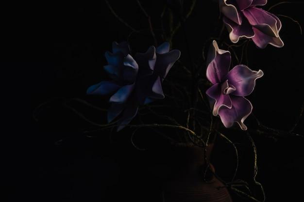 Flores secas en florero Foto gratis