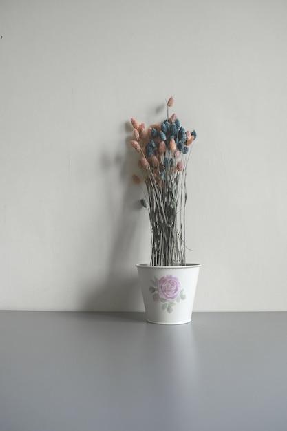 Flores secas en una maceta Foto gratis