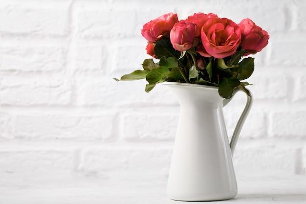 Flores suaves en jarra blanca Foto gratis