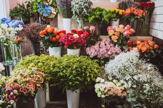 Flores en una tienda de flores, diferentes tipos. Foto gratis