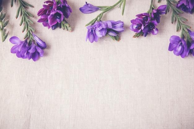 Flores violetas azules sobre lino Foto Premium