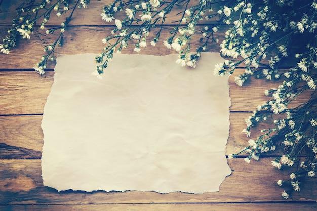 Fondo De Papel Viejo: Flores Y Papel Viejo En El Fondo De Madera De La Textura
